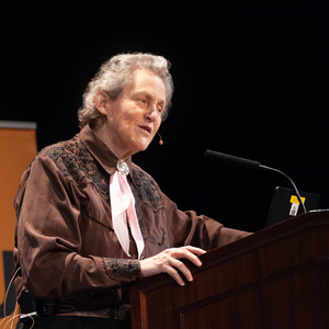 Temple Grandin speaks to a large audience.